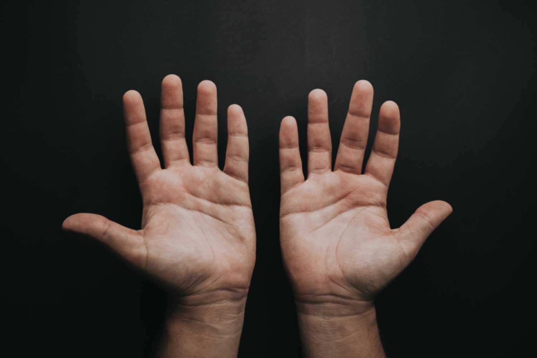 即时治疗:按摩手指以减轻疼痛