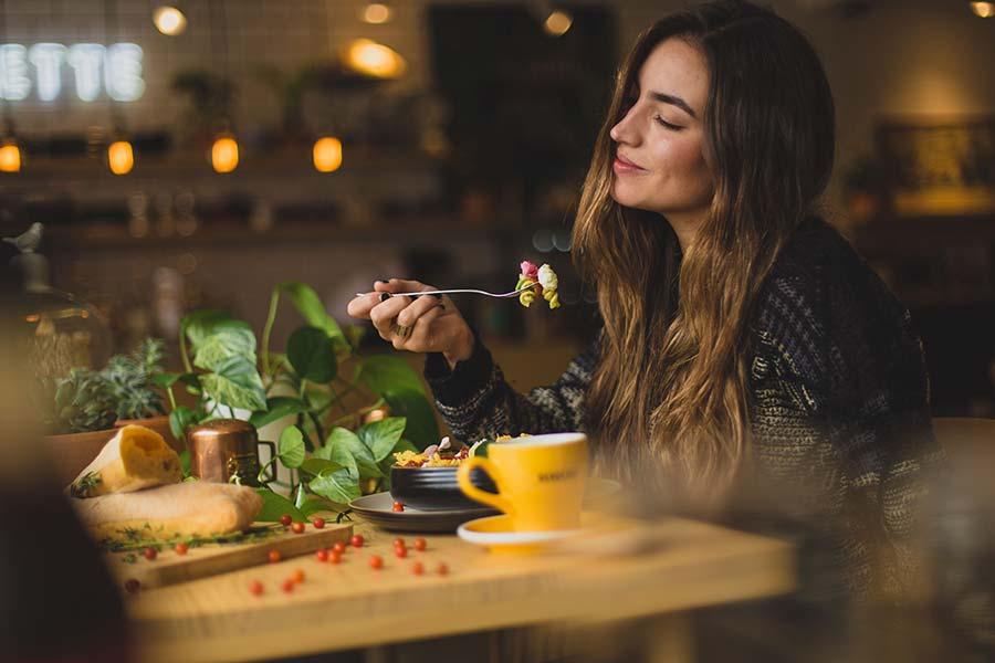 如何以健康的方式停止暴饮暴食(循序渐进的指导)